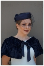 Mėlyna retro skrybėlaitė ir kailis